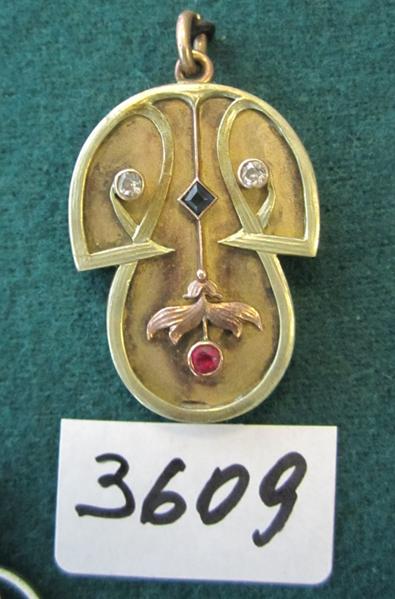 Медальйон  у вигляді гриба.  3-х кольорове золото, два діаманта, сапфір, рубін.  Клейма Г.Ш. - майстер Шматов Гавриїл, інв.№ 3609