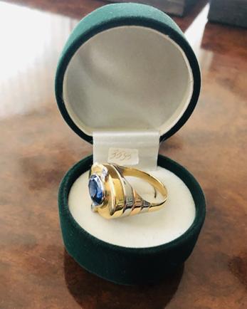 Золотий перстень, прикрашений сапфірами  та діамантами, 750 проба. Виготовлено на Львівській  ювелірній фабриці, інв.№  3595